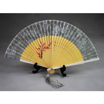 """Ein klassisch anmutiges Motiv der chinesischen Kunst: Die Pflaume (梅, <i>méi</i>) gehört zu den """"Vier Edlen"""" Pflanzen Chinas. Neben dem Bambus, der Orchidee und der Chrysantheme reiht sie sich in die vier bedeutungsvollsten Gewächse der chinesischen Symb"""