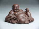 "Yixing Tonfigur ""Liegender Buddha mit Gebetskette"""