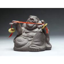 "Groteske Tonskulptur ""Buddha mit Münzband"""
