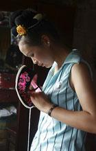 Chinesische Seidenstickerin